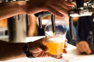bere birra d'un fiato versare birra