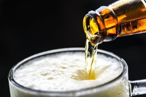 fermentazione birra schiuma bottiglia