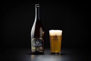 bottiglia di gaudens e bicchiere pieno di birra