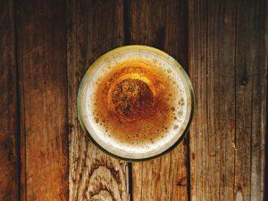 perché bere una birra artigianale bicchiere