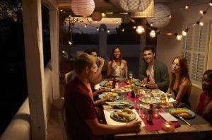 cena con amici tavolo in veranda