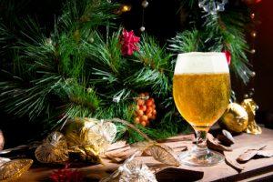 albero di natale con birra bicchiere