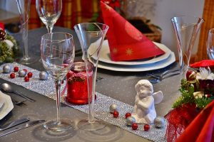 tavola di natale elegante bianca e rossa
