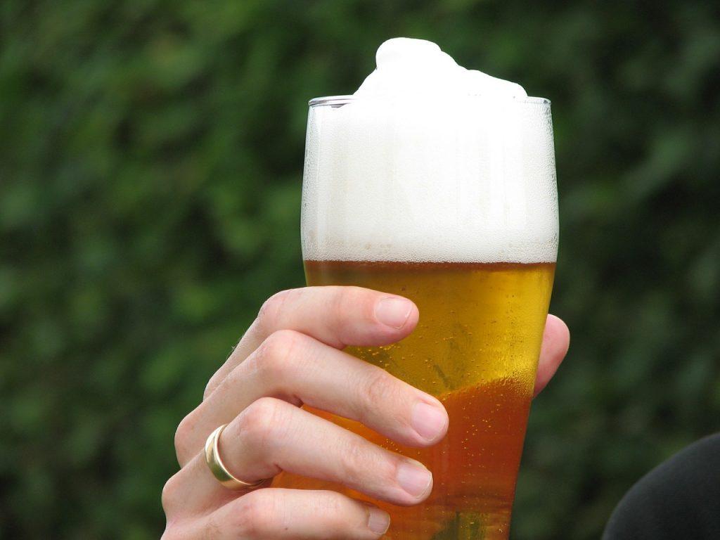 birra schiuma bicchiere