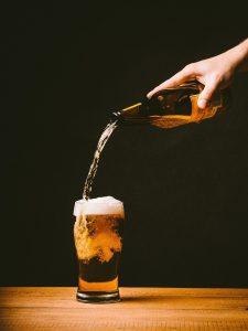 frasi sulla birra versare birra dalla bottiglia al bicchiere